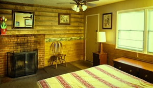 4 Bedroom lakeside - Group size 3 bath cabin with kitchen, 4 fireplaces and bar. Pet friendly #13 Photo 3